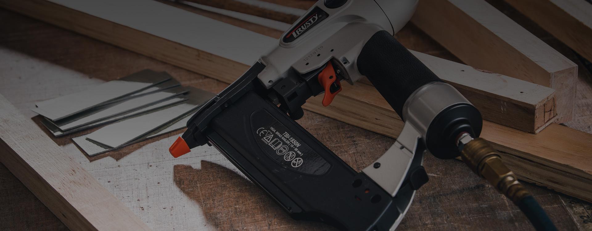 מגוון עצום של אקדחי סיכות ומסמרים מטובי היצרנים בעולם